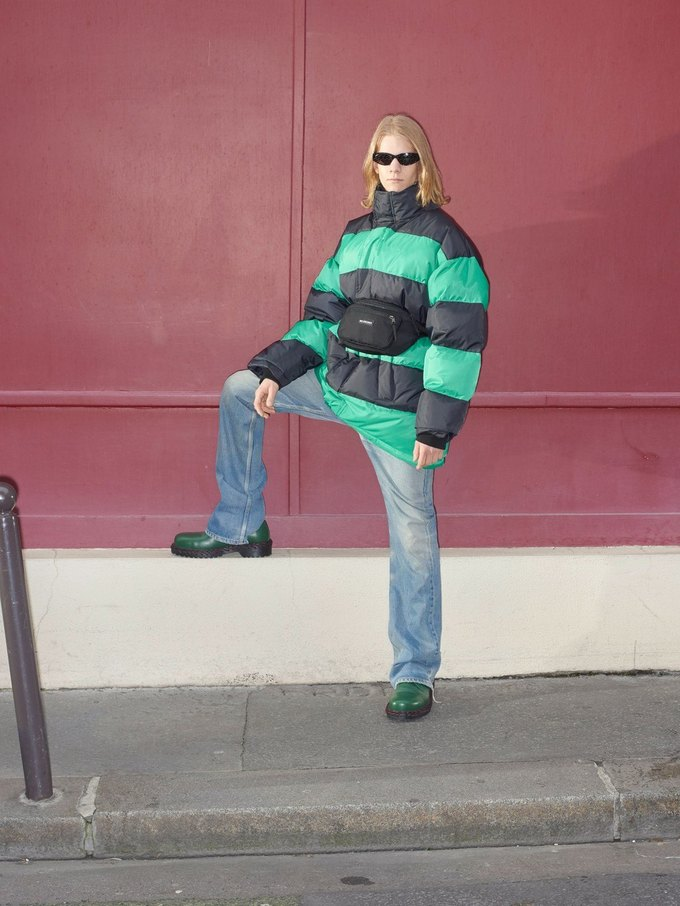 В новом лукбуке Balenciaga снялись обычные парижане. Изображение № 18.