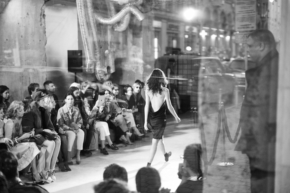 Репортаж: Кепки, свитеры  с эмодзи и слиперы  на шоу Walk of Shame. Изображение № 18.