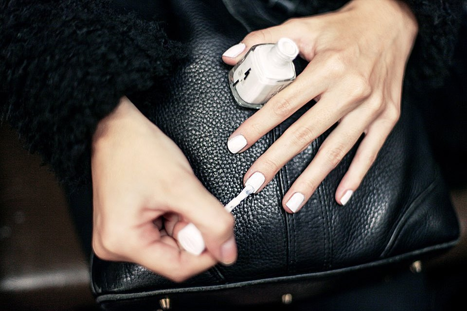 На ходу: Как накрасить ногти  в транспорте. Изображение № 6.