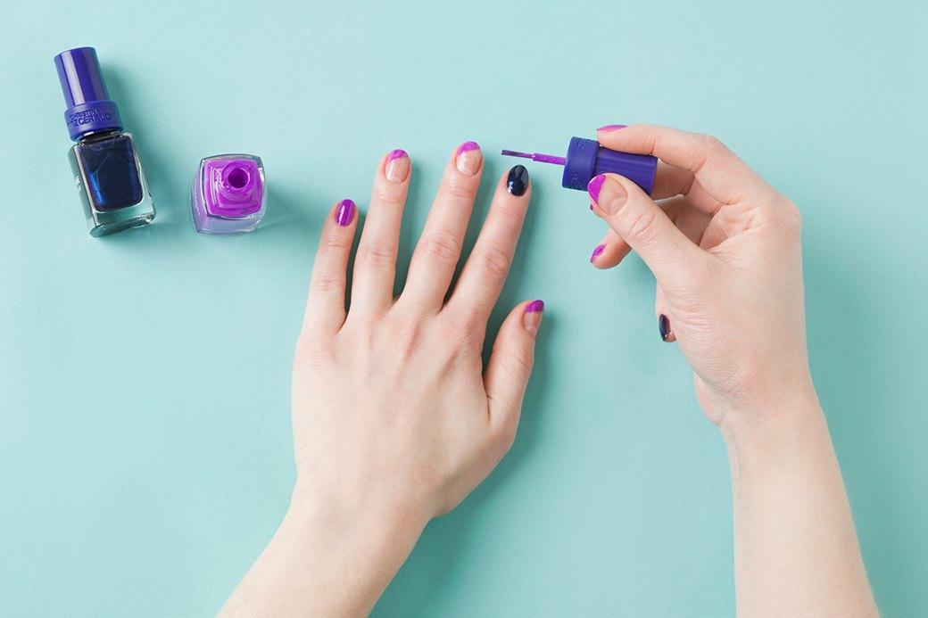Любым цветом покрыть ногти на всех пальцах, кроме больших, средних и безымянных (их — только базой). Прямо кисточкой прорисовать цветные линии на «чистых» ногтях; если хочется ювелирной точности, можно в качестве трафарета наклеить малярный скотч. . Изображение № 2.