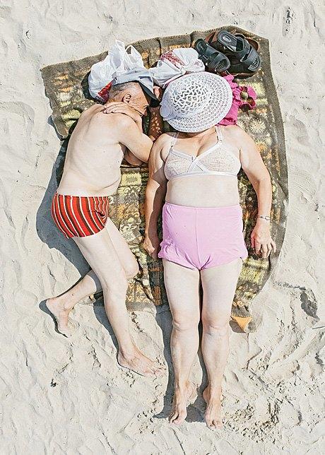 «Зона комфорта»:  Расслабленные люди на пляже. Изображение № 6.