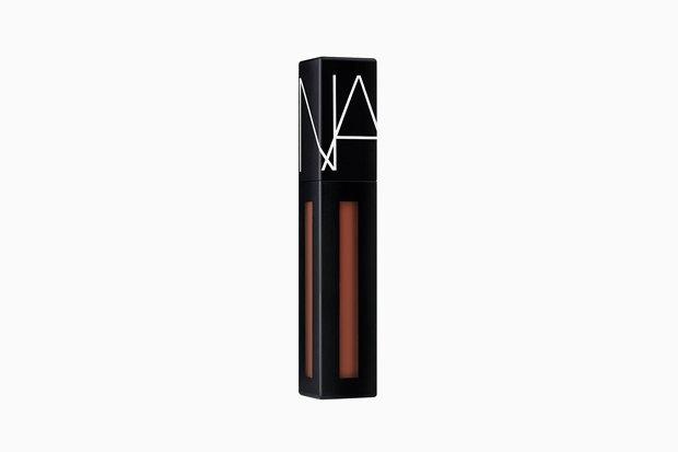 NARS Powermatte Lip Pigment. Средства для губ удаются Франсуа Нарсу едва ли не лучше всего, вот и сейчас — у Powermatte тончайшее матовое покрытие, замечательные цвета и удивительный для такой текстуры комфорт в носке. Изображение № 18.