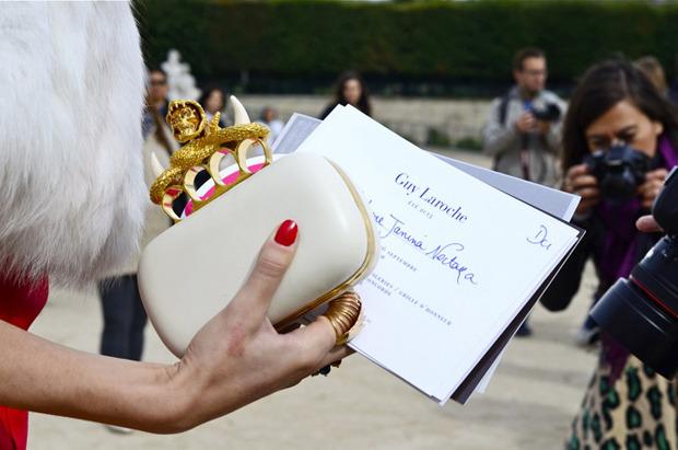 Десяток модников под зонтом, японец с двумя шарфами и другие гости Paris Fashion Week. Изображение № 9.