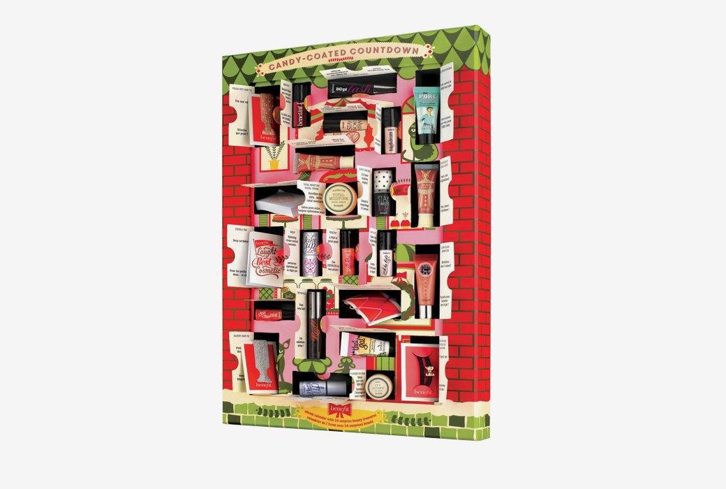 Подарочный календарь с набором косметики  Benefit . Изображение № 1.