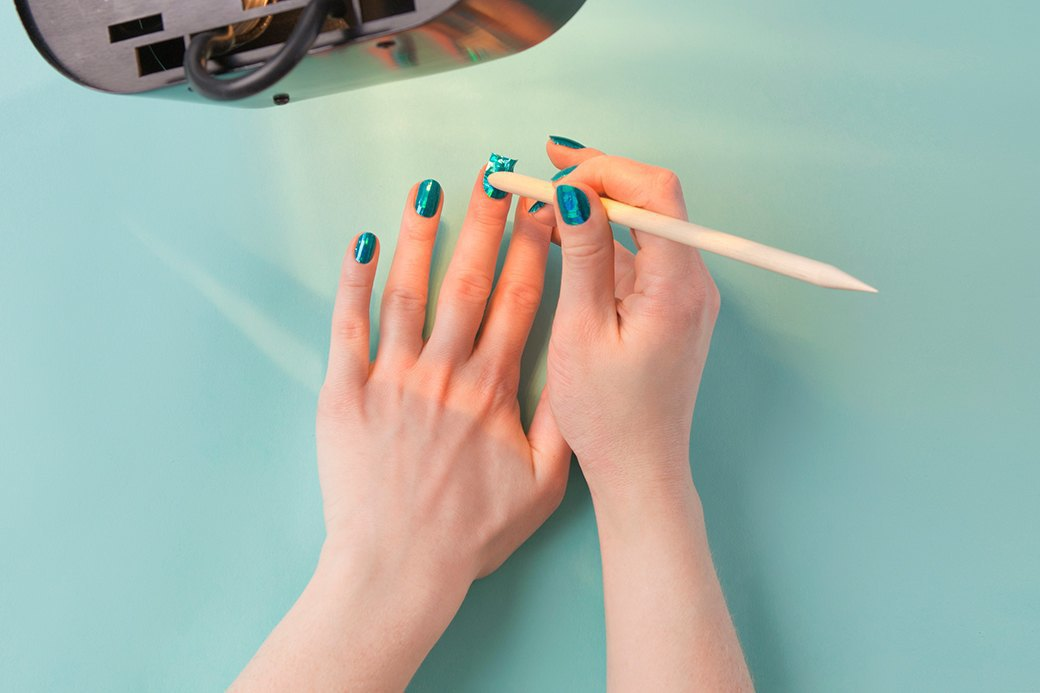 С усердием приладить наклейку с помощью палочки и ей же разгладить складки. Изображение № 4.