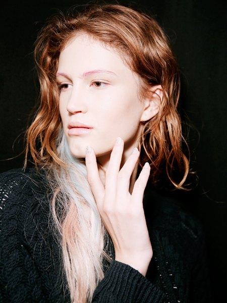 Стрелки, пирсинг, блестки: Самые модные макияжи года. Изображение № 4.
