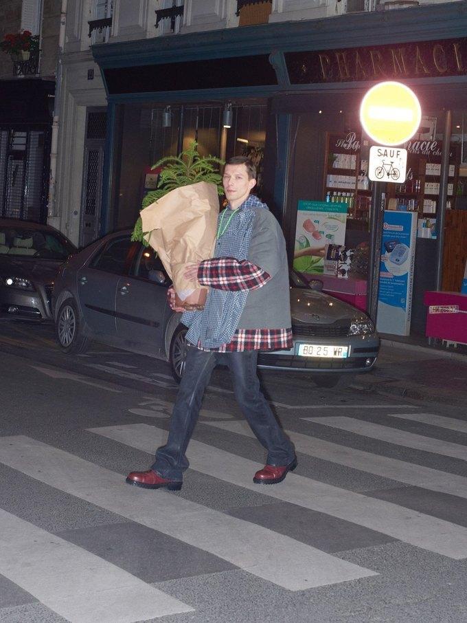 В новом лукбуке Balenciaga снялись обычные парижане. Изображение № 23.