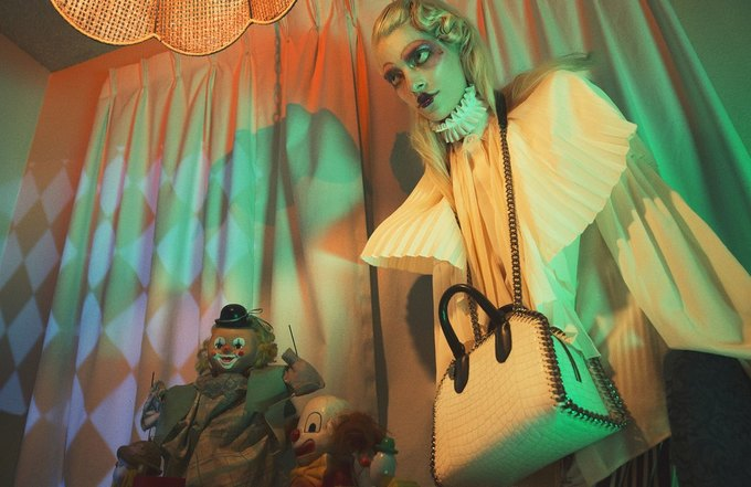 Stella McCartney выпустили фэшн-фильм с жутковатыми клоунами. Изображение № 5.