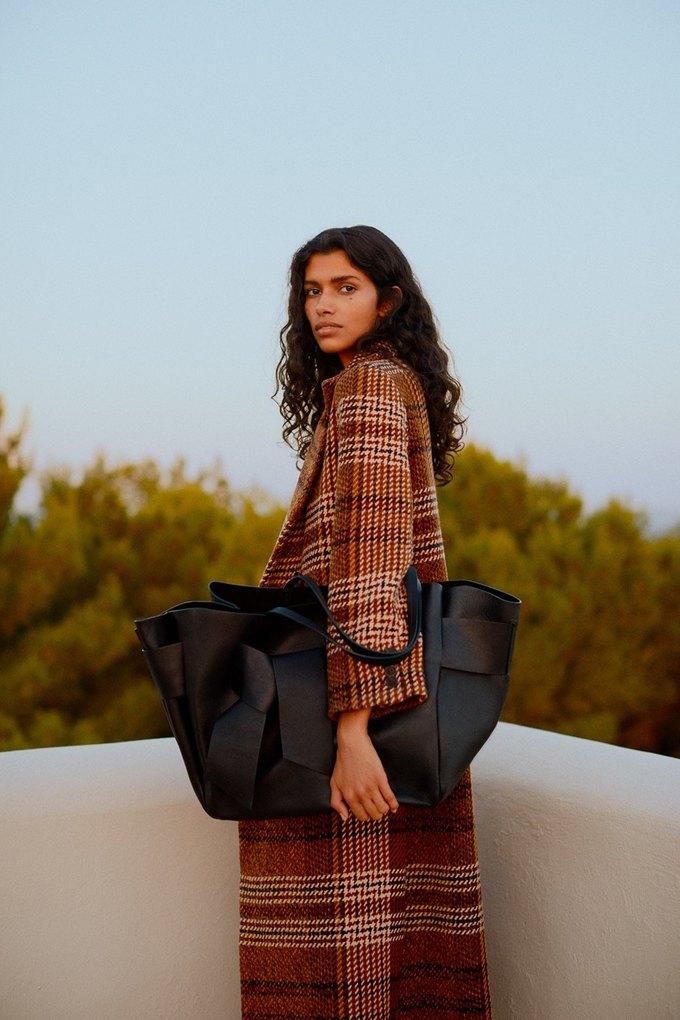 Бисерные сумки и минимализм в осенне-зимнем лукбуке Mango. Изображение № 14.
