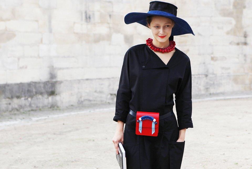 Пастельные цвета  и широкополые шляпы на гостях  Paris Fashion Week. Изображение № 12.
