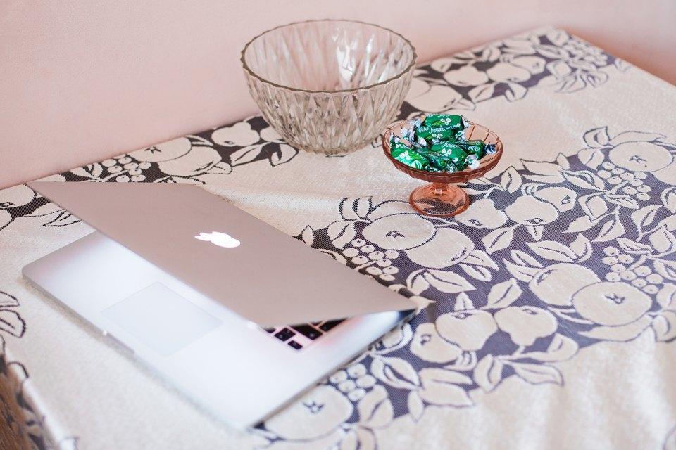 Лэптоп, кухонный стол, какие-то русские шоколадки.. Изображение № 14.