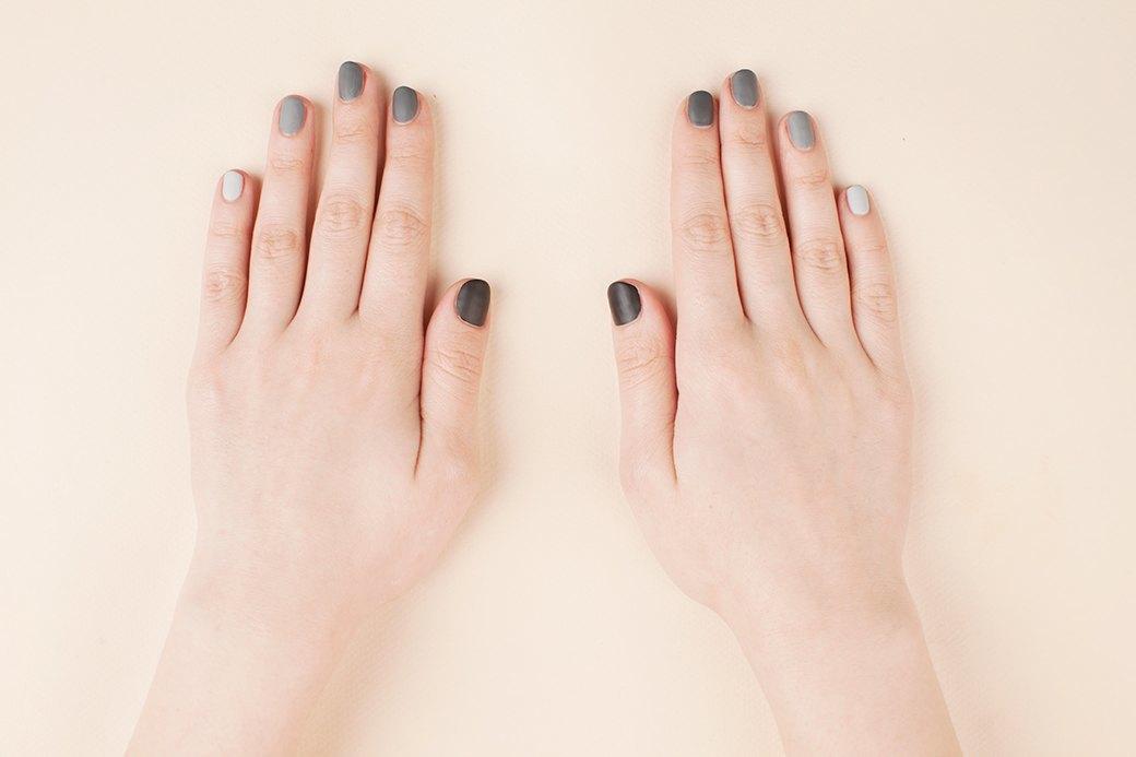 На всякий случай напомним: перед нанесением цветного лака не забудьте покрыть ногти базой, а после можно покрыть маникюр матовым топом. . Изображение № 2.
