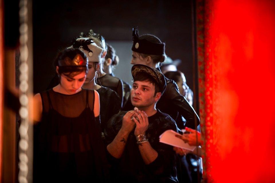 Репортаж: Шляпы с камеями  и прозрачные платья  на показе Alexander Arutyunov. Изображение № 19.