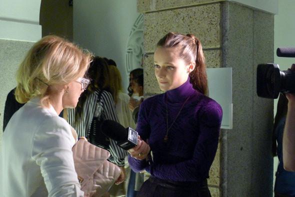 Телеведущая Дарья Шаповалова берет интервью у Эвелины Хромченко после показа Versace. Изображение № 29.