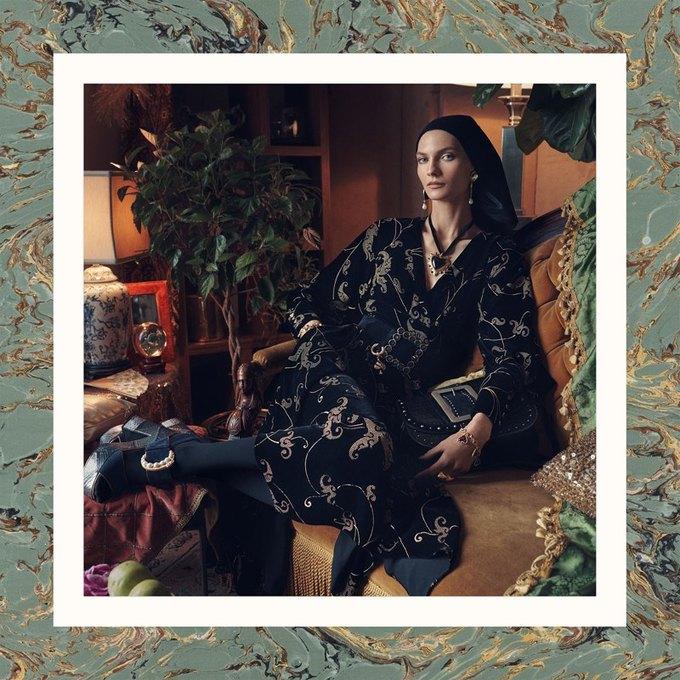 Много золота и красивые интерьеры в осенне-зимней кампании Zara. Изображение № 1.