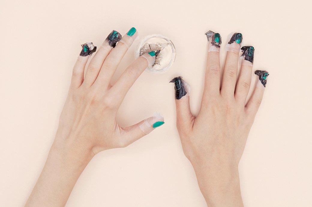 Обмакнуть палец в стакан так, чтобы пленка пристала к ногтю. Повторить все то же самое с другими ногтями.. Изображение № 4.