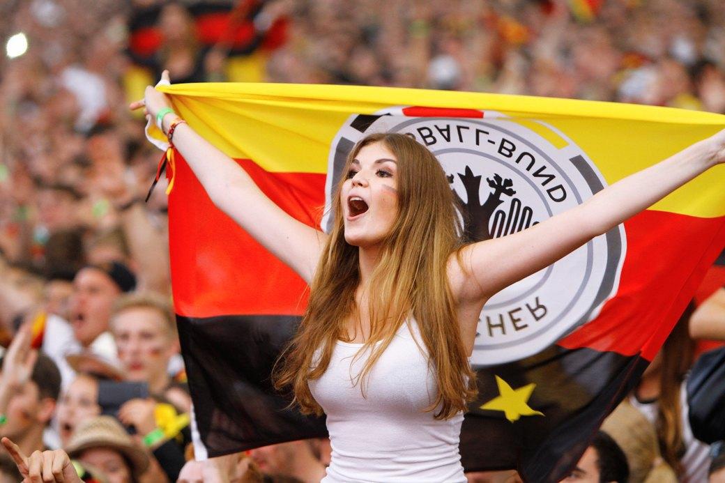 Девушки комментируют  чемпионат мира  по футболу. Изображение № 8.