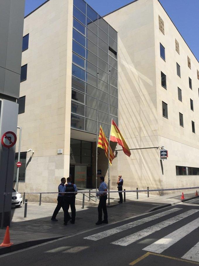 На улицах Барселоны  и в соцсетях почтили память жертв теракта. Изображение № 9.