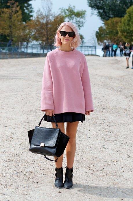 Еще одно отличное цветовое решение: сочетать розовые волосы с пыльно-розовым объемным свитером. Изображение № 7.