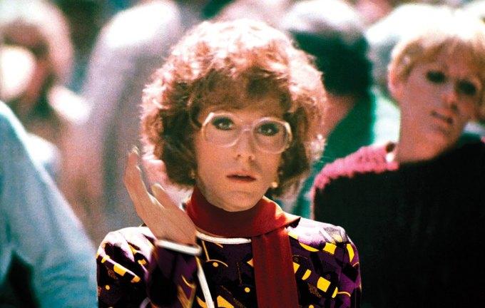 Дастин Хоффман в «Тутси». На нем платье и шарф Prada. Изображение № 10.