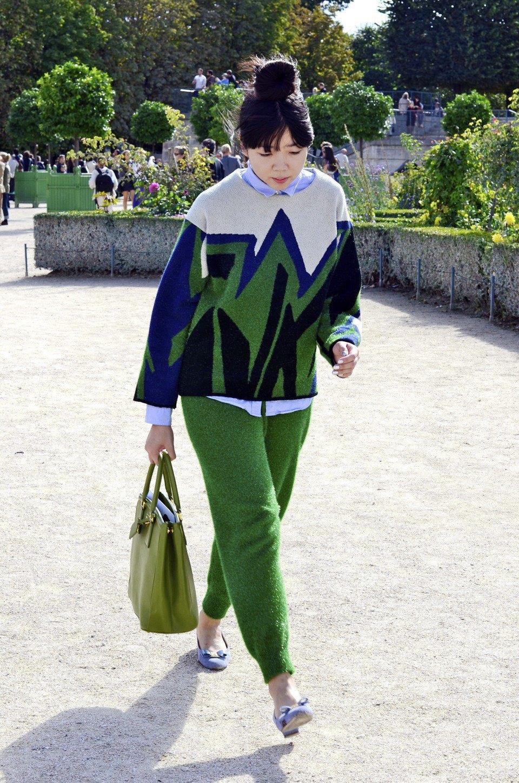 Девушка в бюстье на рубашку, японец в еще одном мохнатом свитере и другие гости PFW. Изображение № 9.