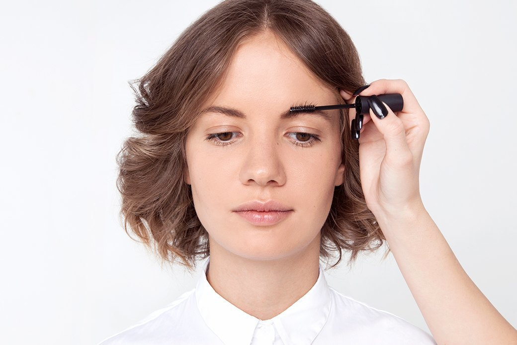 Чтобы не было совсем скучно, расчесать волоски можно кверху — получится симпатичная небрежность. Изображение № 3.