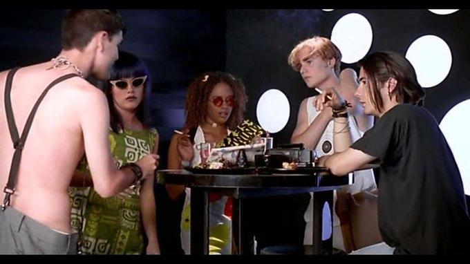 Что можно узнать  о стиле 90-х из фильма Грегга Араки «Нигде». Изображение № 8.