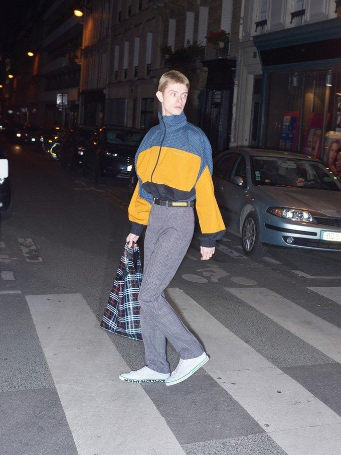 В новом лукбуке Balenciaga снялись обычные парижане. Изображение № 42.