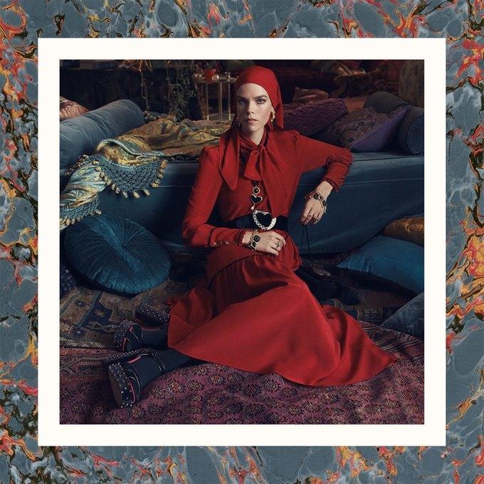 Много золота и красивые интерьеры в осенне-зимней кампании Zara. Изображение № 10.
