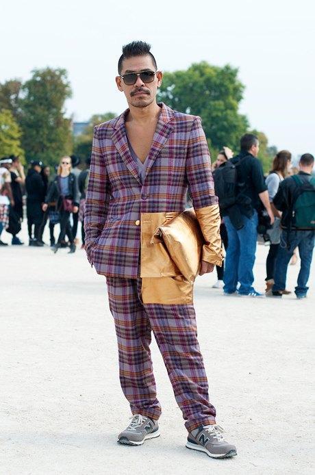 Надеемся, что надевая этот мешковатый костюм с золотой деталью, кроссовки и дополняя все это золотым клатчем, парень был настроен иронично. Изображение № 7.