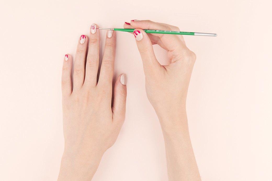 Глазурь рисуется в два этапа; на первом тонкой кистью прорисовывается и заполняется ее контур (это просто и быстро).. Изображение № 2.