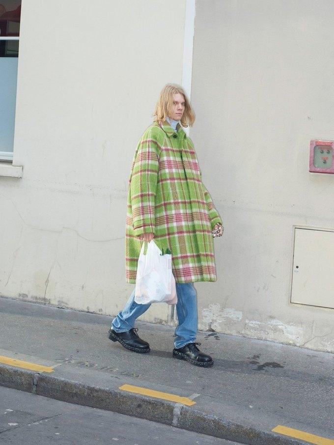 В новом лукбуке Balenciaga снялись обычные парижане. Изображение № 2.