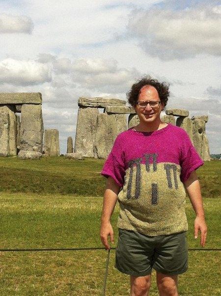 Мужчина вяжет свитера для путешествий и фотографируется в них. Изображение № 1.