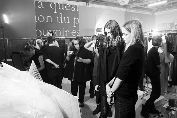 Бэкстейдж Gareth Pugh: Алые платья и «заплаканные» модели. Изображение № 4.