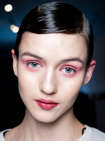 Стрелки, пирсинг, блестки: Самые модные макияжи года. Изображение № 5.
