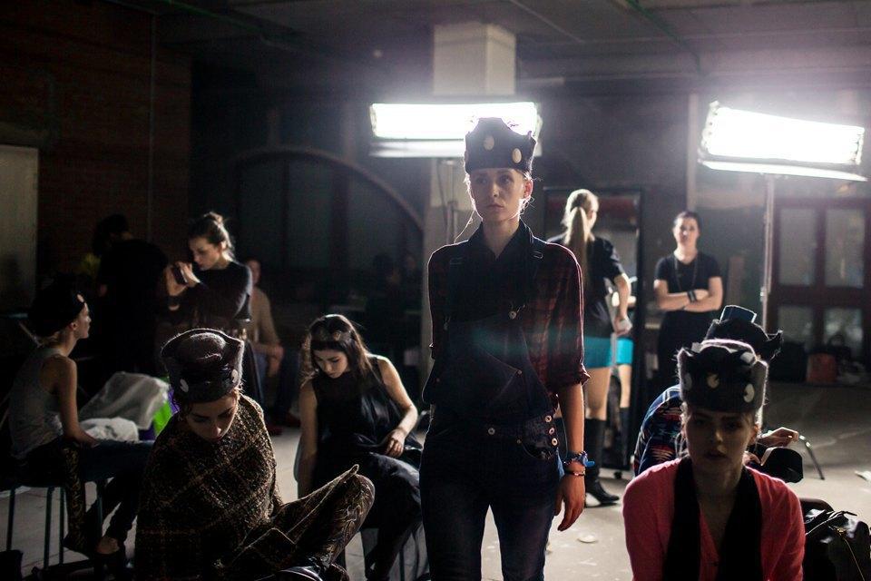 Репортаж: Шляпы с камеями  и прозрачные платья  на показе Alexander Arutyunov. Изображение № 3.