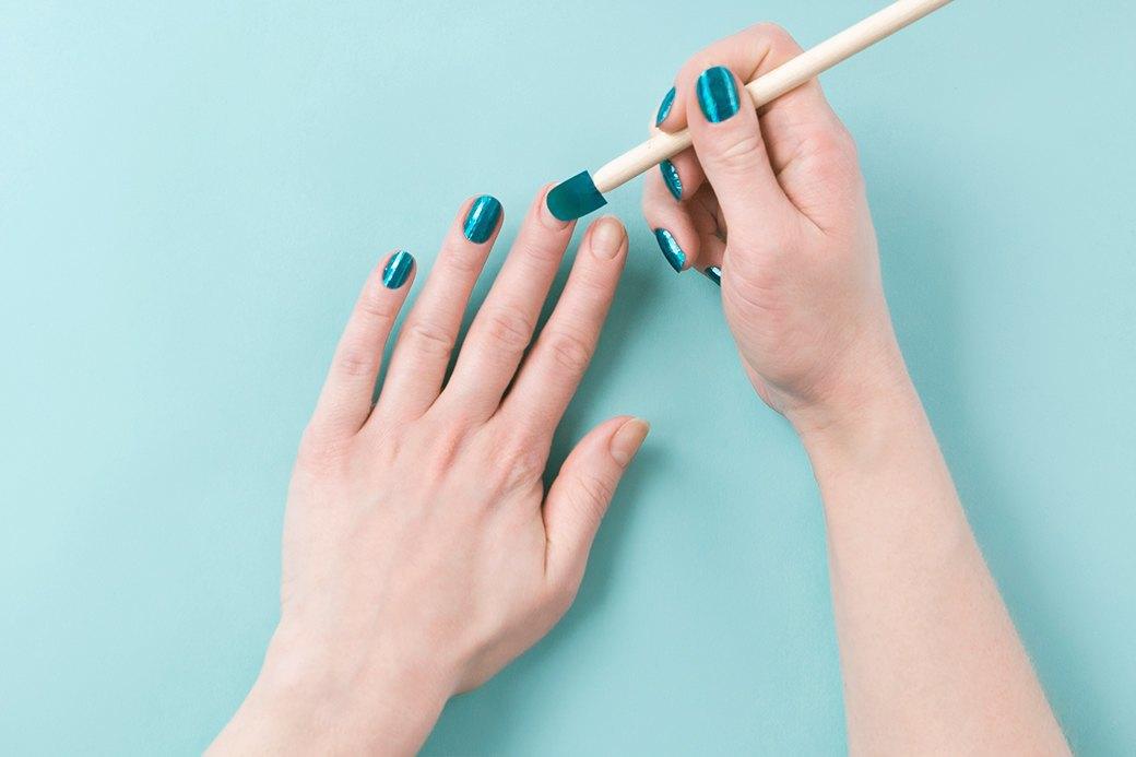Подходящую по ширине наклейку нужно подрезать по длине ногтя и подцепить деревянной палочкой. Изображение № 2.