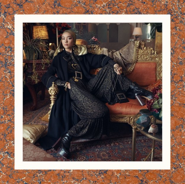 Много золота и красивые интерьеры в осенне-зимней кампании Zara. Изображение № 7.