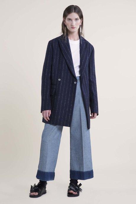 С чем носить объёмное пальто: 10 модных образов. Изображение № 10.