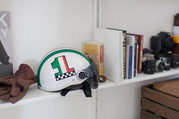 Визажистка Виктория Шнайдер у себя в гостиной. Изображение № 8.