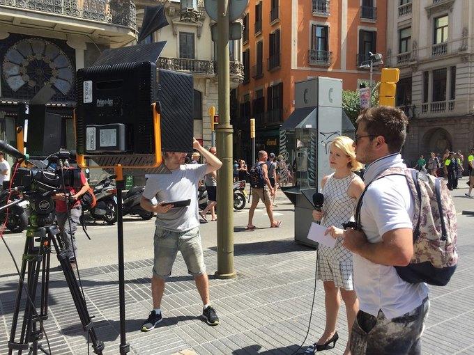 На улицах Барселоны  и в соцсетях почтили память жертв теракта. Изображение № 4.