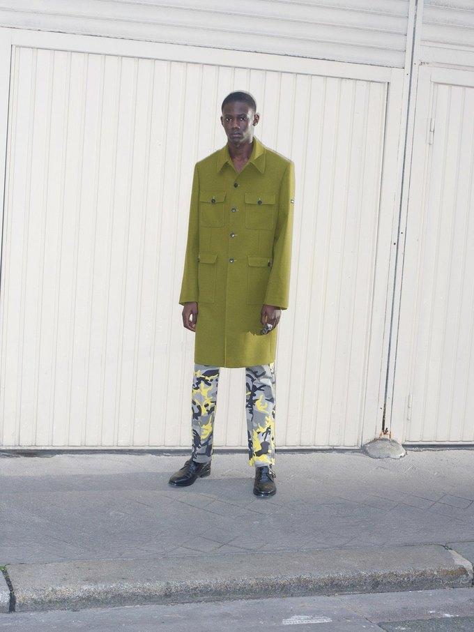 В новом лукбуке Balenciaga снялись обычные парижане. Изображение № 22.