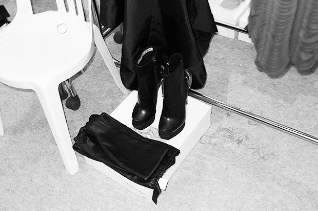 Бэкстейдж Gareth Pugh: Алые платья и «заплаканные» модели. Изображение № 10.