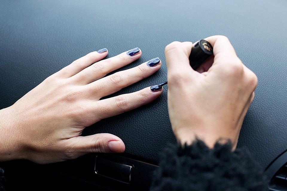 На ходу: Как накрасить ногти  в транспорте. Изображение № 2.