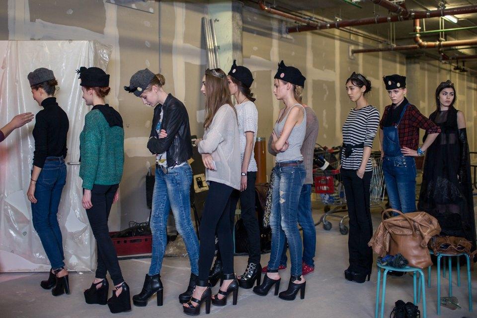 Репортаж: Шляпы с камеями  и прозрачные платья  на показе Alexander Arutyunov. Изображение № 2.