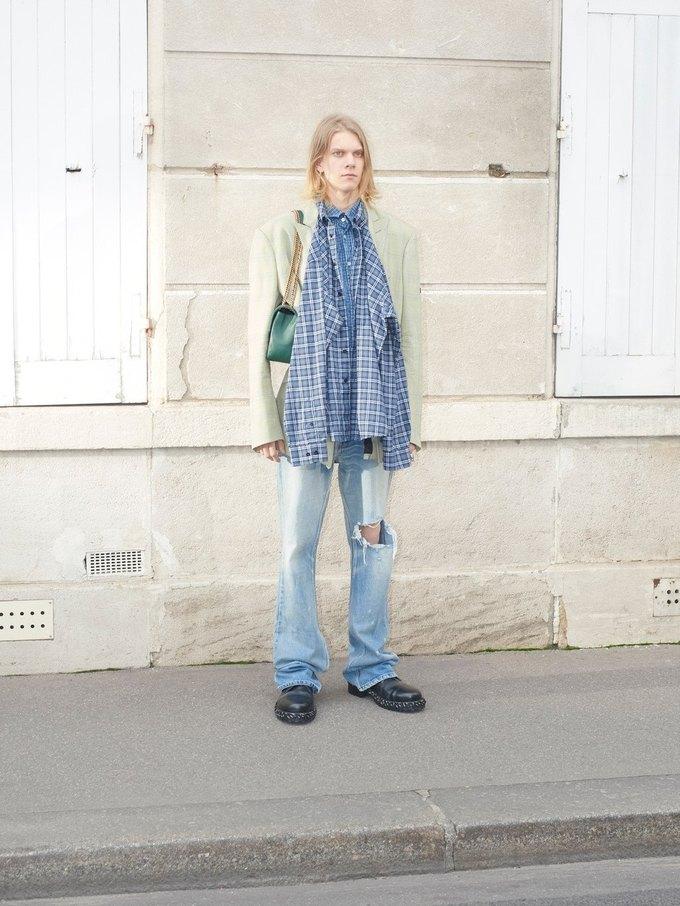 В новом лукбуке Balenciaga снялись обычные парижане. Изображение № 7.