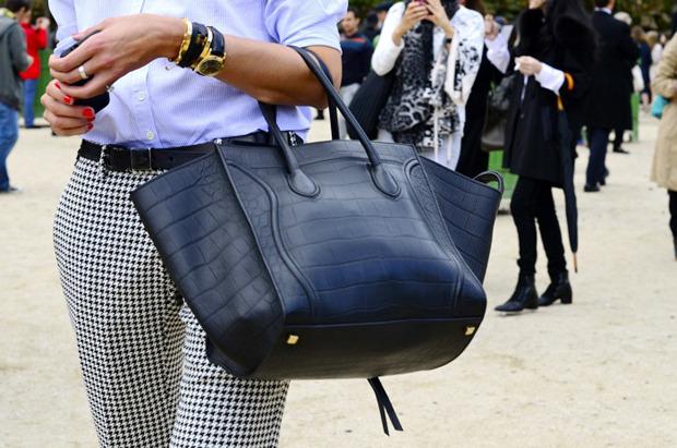 Десяток модников под зонтом, японец с двумя шарфами и другие гости Paris Fashion Week. Изображение № 22.