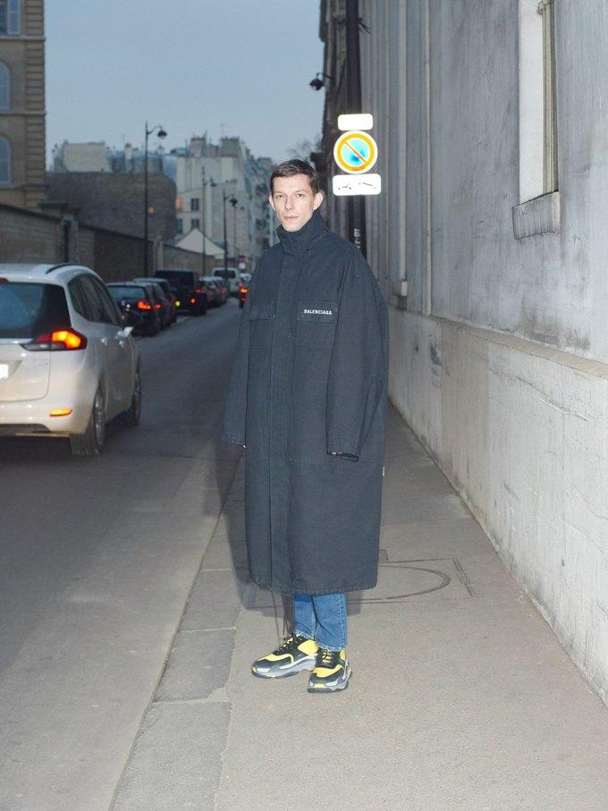 В новом лукбуке Balenciaga снялись обычные парижане. Изображение № 35.