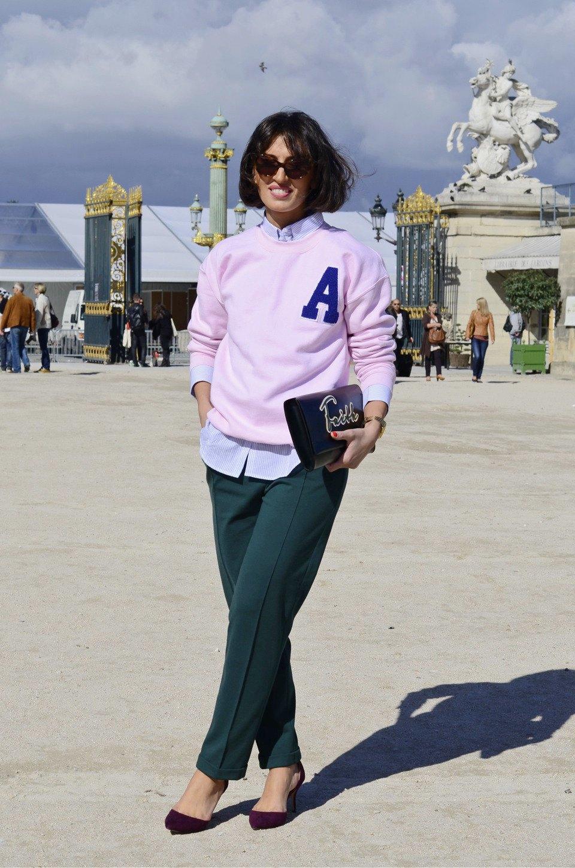 Девушка в бюстье на рубашку, японец в еще одном мохнатом свитере и другие гости PFW. Изображение № 23.