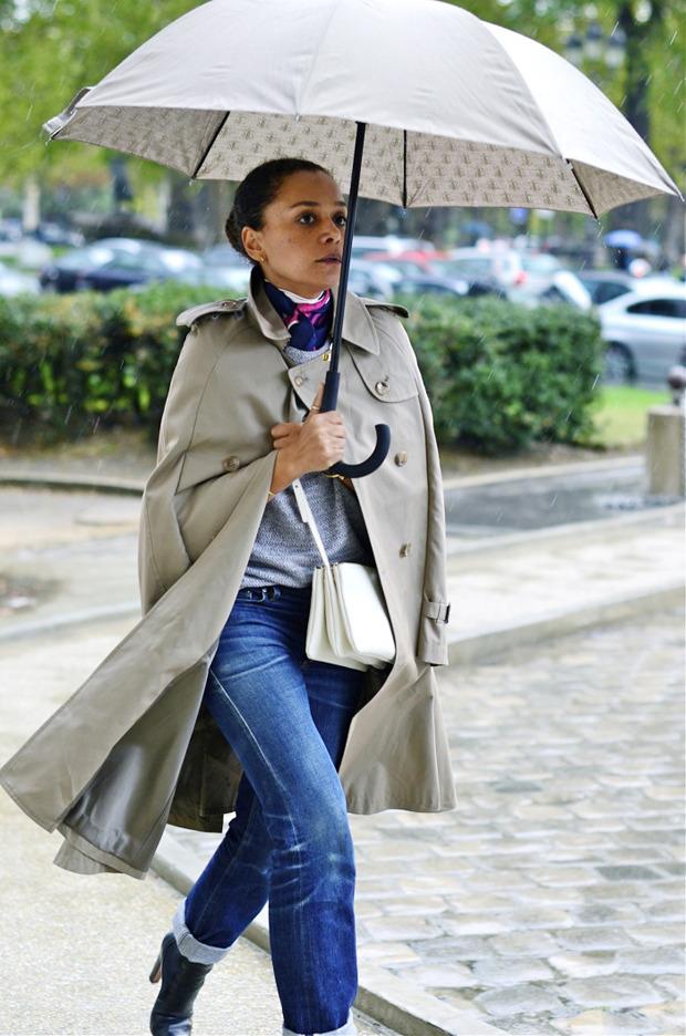 Десяток модников под зонтом, японец с двумя шарфами и другие гости Paris Fashion Week. Изображение № 16.
